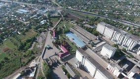 Стержень зерна Старый советский лифт зерна Взгляд сверху лифта силосохранилища Объект Aerophotographing промышленный сток-видео