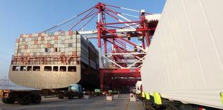 Стержень контейнера Китая Qingdao гаван стоковая фотография rf