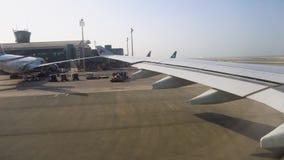 Стержень международного аэропорта самолет на взлетно-посадочной дорожке и ждать взлете Взгляд от плоского окна сток-видео