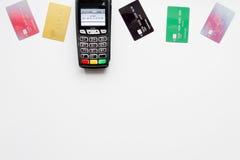 Стержень оплаты с карточкой на белом взгляд сверху предпосылки Стоковое Фото