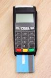 Стержень с кредитной карточкой на столе, концепция оплаты финансов Стоковое Изображение RF