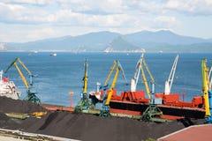 Стержень угля в порте Находки Стоковые Фото