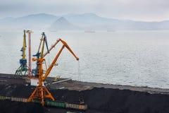 Стержень угля в порте Стоковая Фотография