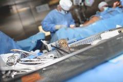 Стерильные хирургические инструменты в блюде на предпосылке работы Стоковое Фото