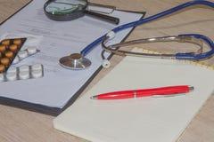 Стетоскоп в офисе докторов таблица стола ` s доктора Стоковые Фото