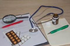 Стетоскоп в офисе докторов таблица стола ` s доктора Стоковые Изображения RF