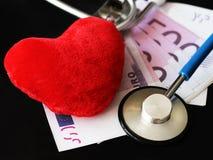 Стетоскоп для доктора и медицинских людей ухода в больнице, излечивать пациентов Деньги и красное сердце Стоковая Фотография