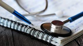 Стетоскоп для доктора и медицинских людей ухода в больнице, излечивать пациентов Стоковые Изображения RF