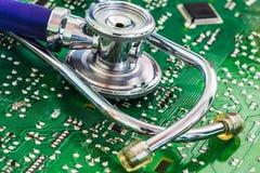 Стетоскоп здоровья и технологии на монтажной плате стоковые фотографии rf