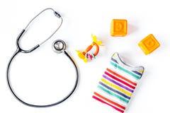 Стетоскоп, игрушки на ` s детей врачует предпосылку стола офиса к Стоковые Фотографии RF
