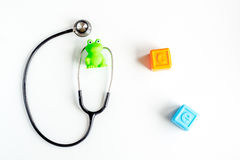 Стетоскоп, игрушки на ` s детей врачует модель-макет взгляд сверху предпосылки стола офиса Стоковая Фотография