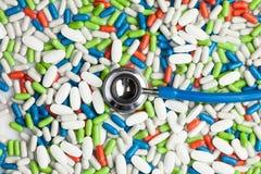 Стетоскоп и лекарства стоковое изображение