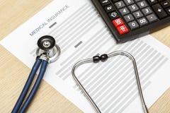 Стетоскоп и калькулятор кладя на пробел медицинского insura Стоковое Изображение RF