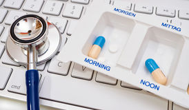 Стетоскоп и коробка пилюльки на клавиатуре Стоковое Изображение RF