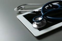 Стетоскоп и планшет на таблице, крупном плане Студент-медики стоковые изображения