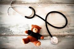 Стетоскоп и плюшевый медвежонок стоковые фото