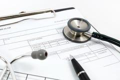 Стетоскоп и ручка на пустой терпеливой информации стоковая фотография