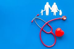 Стетоскоп и сердце для диагностики и лечения сердечной болезни на голубом модель-макете взгляда сверху предпосылки стоковое фото