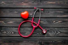 Стетоскоп и сердце для набора семейного врача, который нужно вылечить сердечного заболевания на деревянном взгляде сверху предпос стоковые фотографии rf