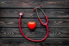 Стетоскоп и сердце для набора семейного врача, который нужно вылечить сердечного заболевания на деревянном взгляде сверху предпос стоковое изображение rf
