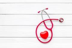 Стетоскоп и сердце для набора семейного врача, который нужно вылечить космоса взгляда сверху предпосылки сердечным заболеванием б стоковое изображение rf