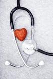 Стетоскоп и сердце стоковое изображение rf
