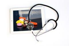 Стетоскоп и таблетка медицины Стоковое Изображение RF