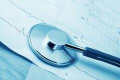 Стетоскоп и cardiogram стоковые изображения rf