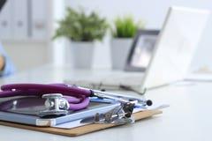 Стетоскоп, компьтер-книжка, папка на столе в больнице Стоковые Фотографии RF