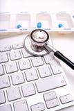 Стетоскоп, коробка пилюльки и клавиатура Стоковое Фото