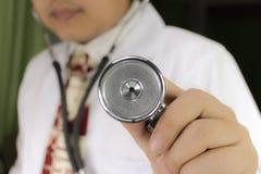 Стетоскоп металла серебряный в руке доктора Стоковое Изображение RF