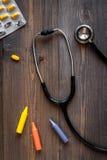 Стетоскоп, медицина, crayons на ` s детей врачует взгляд сверху предпосылки стола офиса Стоковое фото RF