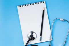 Стетоскоп на голубой таблице, концепция медицины стоковое изображение
