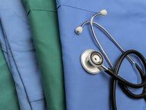 Стетоскоп о сини и зеленый цвет нянчат форму в больнице Стоковое Фото