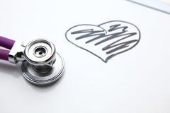 Стетоскоп при cardiogram лежа на столе в больнице Стоковое Изображение RF