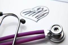 Стетоскоп при cardiogram лежа на столе в больнице Стоковые Фотографии RF