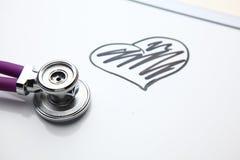 Стетоскоп при cardiogram лежа на столе в больнице Стоковое Изображение