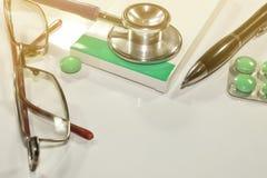 Стетоскоп, расходование на здоровье или финансовая помощь, высокая цена дорогой концепции лекарства стоковое фото