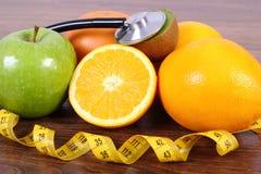 Стетоскоп, свежие фрукты и сантиметр, здоровые образы жизни и питание Стоковое Фото