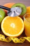 Стетоскоп, свежие фрукты, сок и сантиметр, здоровые образы жизни и питание Стоковое Изображение RF