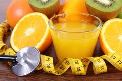 Стетоскоп, свежие фрукты, сок и сантиметр, здоровые образы жизни и питание Стоковые Изображения RF
