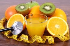 Стетоскоп, свежие фрукты, сок и сантиметр, здоровые образы жизни и питание Стоковая Фотография RF