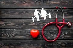 Стетоскоп, сердце и диаграмма бумаги для семейного врача установили на деревянный взгляд сверху предпосылки стоковые изображения rf
