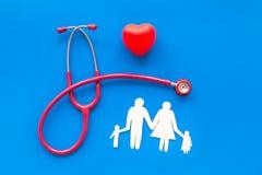 Стетоскоп, сердце и диаграмма бумаги для семейного врача установили на голубой взгляд сверху предпосылки стоковое изображение