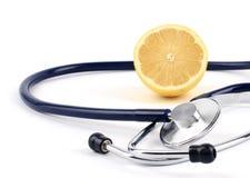 Стетоскоп с лимоном, на белой предпосылке Стоковое фото RF