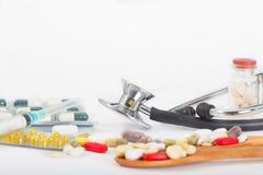 Стетоскоп с различными медицинами, пилюльками, ampules и шприцами Стоковые Изображения