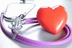 Стетоскоп с сердцем Медицинские стетоскоп и сердце Стоковое Изображение RF