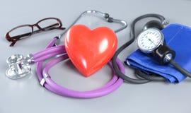 Стетоскоп с сердцем Медицинские стетоскоп и сердце Стоковые Изображения RF