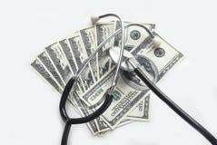 Стетоскоп с счетами доллара на серой предпосылке Стоковые Изображения RF