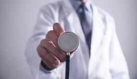 стетоскоп удерживания доктора здоровая и медицинская концепция стоковое фото rf